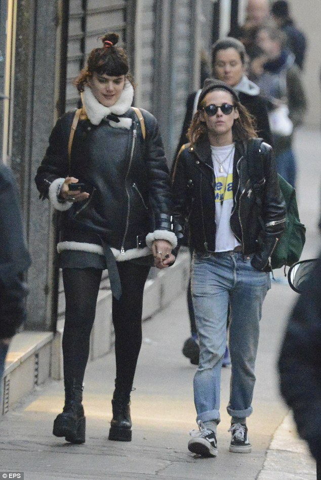 322FFE0F00000578-3493801-Mon_amour_Kristen_Stewart_strolls_hand_in_hand_with_SoKo_as_they-a-87_1458067841022