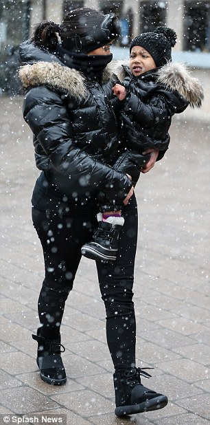 32E0368B00000578-3525349-Bundled_up_The_35_year_old_was_spotted_doting_on_her_toddler_whi-m-6_1459891201761