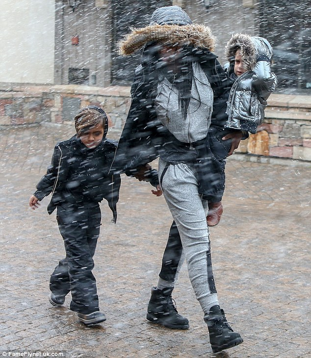 32E0E4AB00000578-3525349-Snowy_day_Later_in_the_day_Kourtney_was_seen_carrying_Penelope_w-m-110_1459900149109