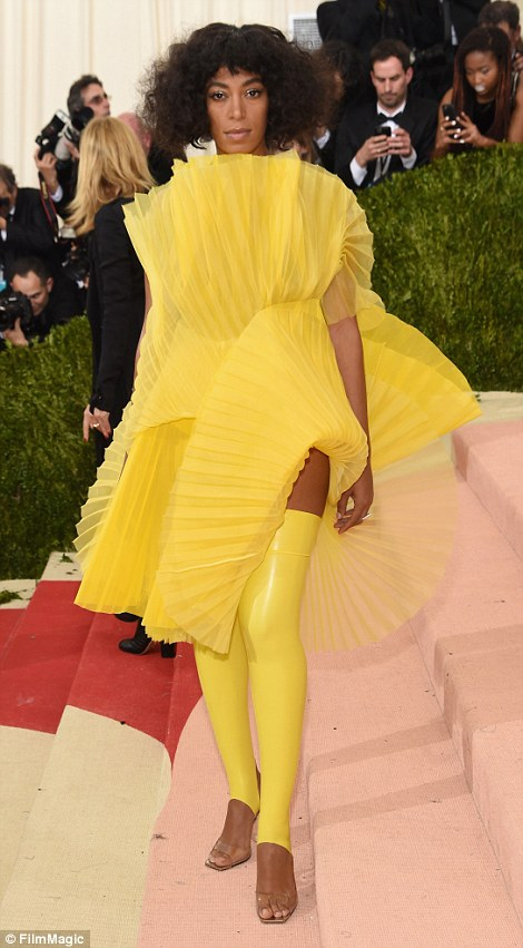 33C27E1400000578-0-_Back_at_it_again_with_the_yellowwww_fan_lol_However_Queen_Bey_s-m-10_1462260048204