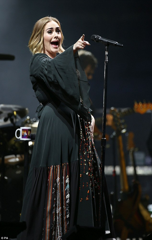 35AB3D3C00000578-3661717-Rolling_in_the_mud_Adele_drew_a_crowd_of_thousands_to_Glastonbur-a-1_1467011220654