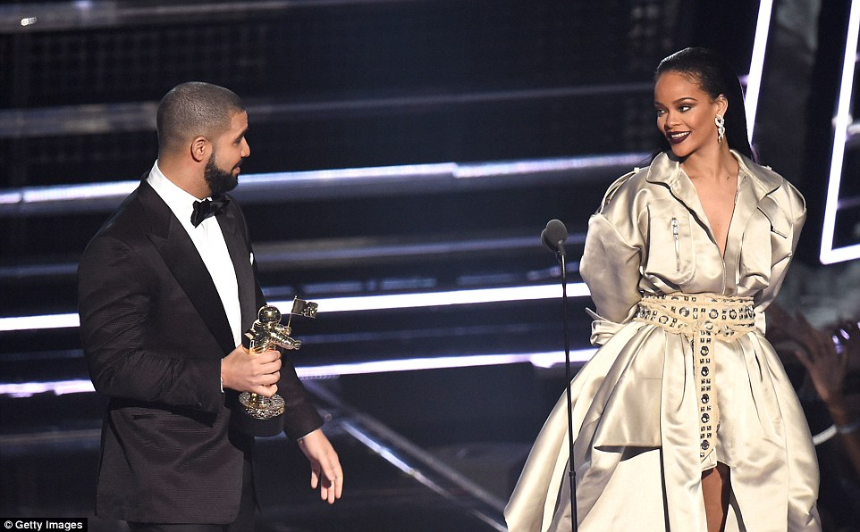 37AC472300000578-3762910-Awe_struck_Drake_looked_towards_Rihanna_during_his_length_and_gl-a-5_1472445456559