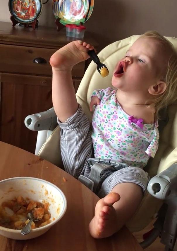 no-arms-toddler-feeds-with-feet-vasilina-elmira-knutzen-1
