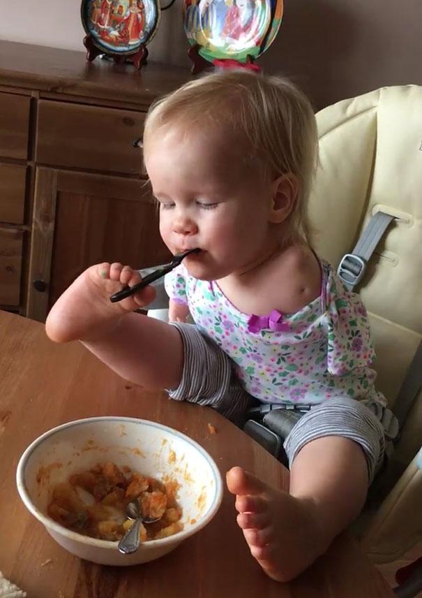 no-arms-toddler-feeds-with-feet-vasilina-elmira-knutzen-8