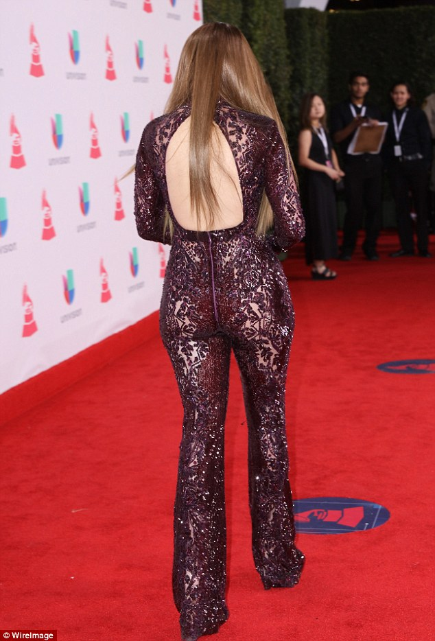 3A7F644300000578-3948438-Trademark_JLo_put_her_bountiful_booty_on_full_display_in_the_cur-a-6_1479454697892