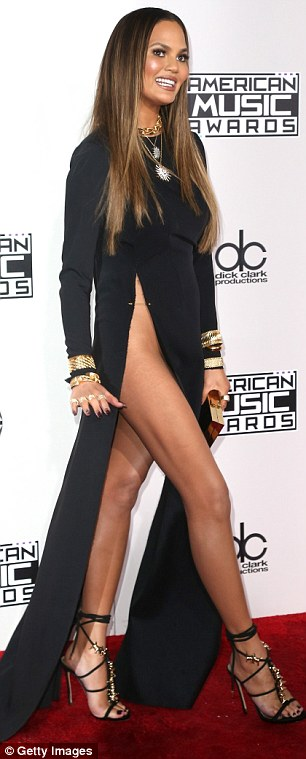 3A983AC000000578-3955698-Wow_Chrissy_Teigen_was_not_in_the_least_bit_shy_about_putting_he-a-61_1479695535324