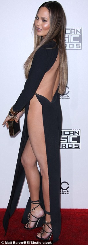 3A984DA000000578-3955698-Not_shy_The_30_year_old_model_s_risque_gown_had_a_deep_slit_that-m-57_1479694018100