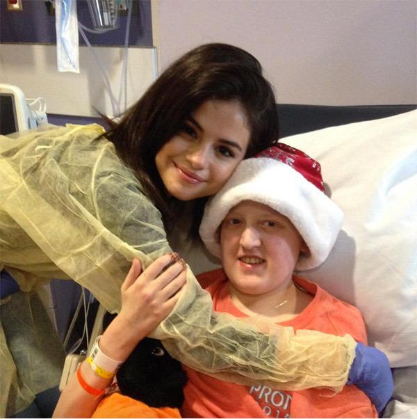 selena-gomez-stops-by-childrens-hospital-on-christmas-eve-ftr
